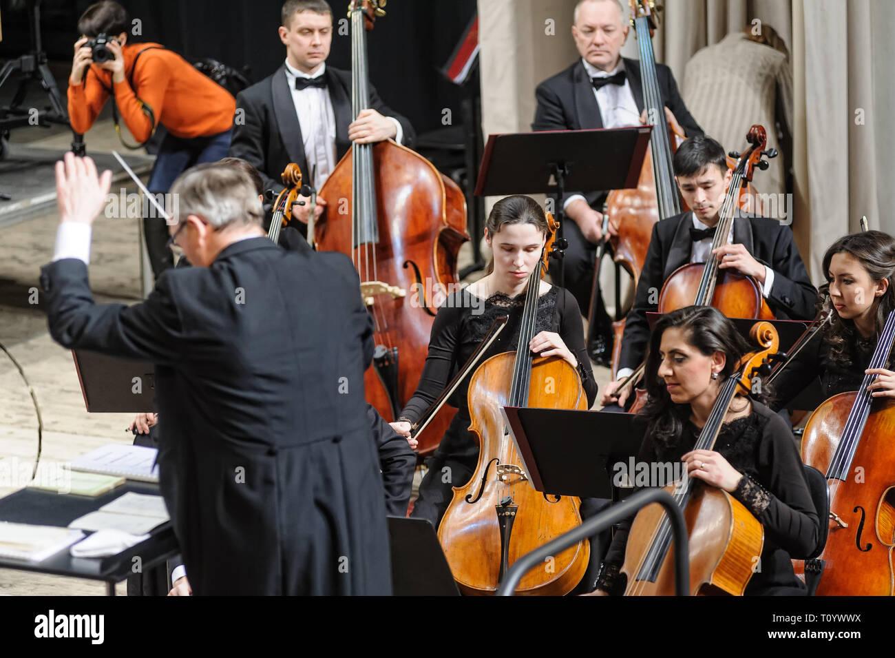 Tiumen, Rusia - 25 de enero de 2017: Concierto de la orquesta filarmónica de Tyumen para fotógrafos. El grupo toca contrabajo Foto de stock