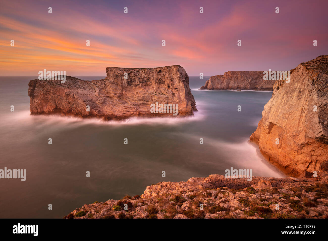 Sunset Sky dramática costa Algarve pilas en la roca cerca del Cabo de San Vicente Costa Vicentina Sagres Portugal Costa Algarve, Portugal Europa UE Imagen De Stock