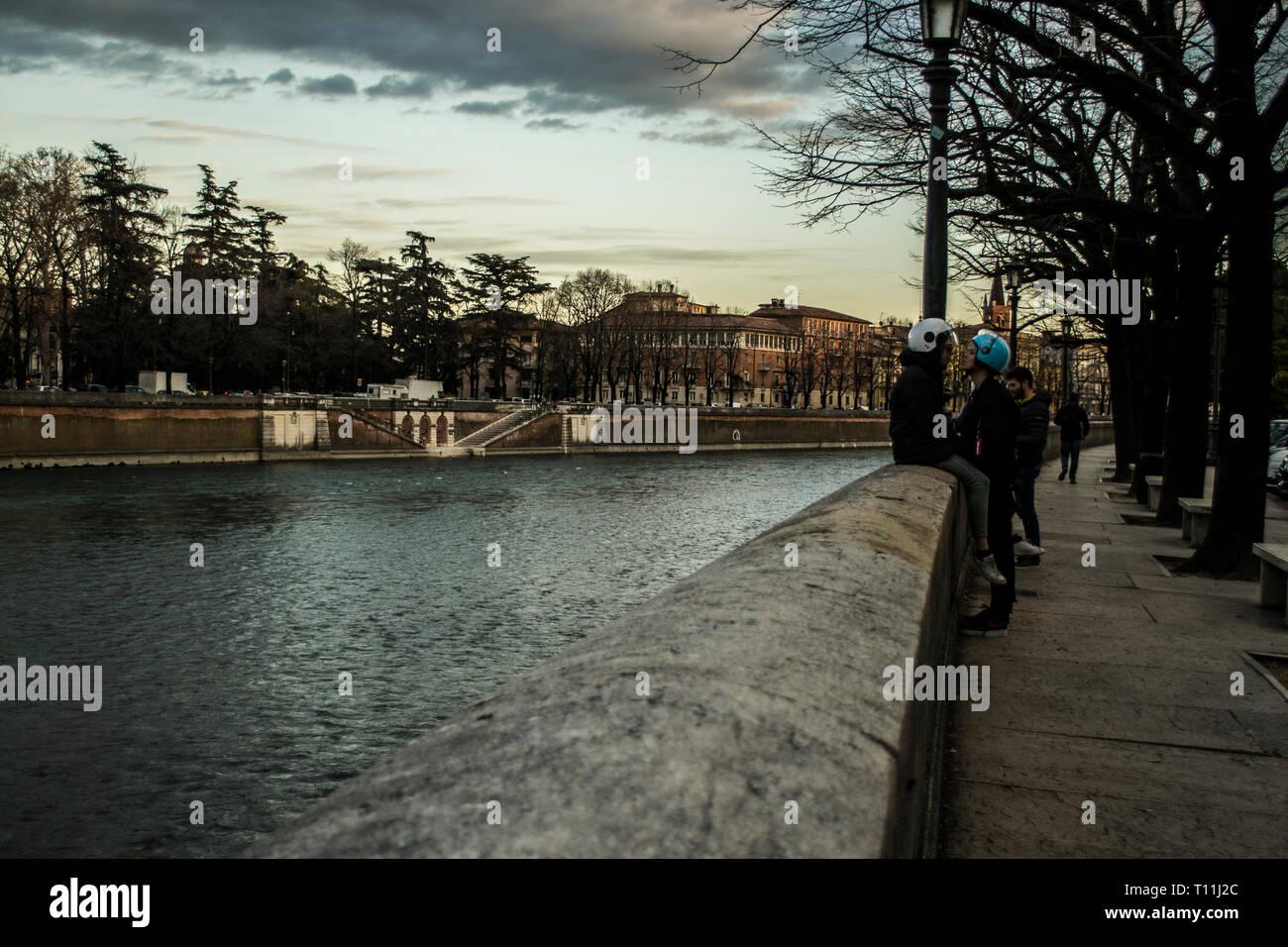 Los amantes de la moderna en la ciudad del amor, Verona, Italia Foto de stock