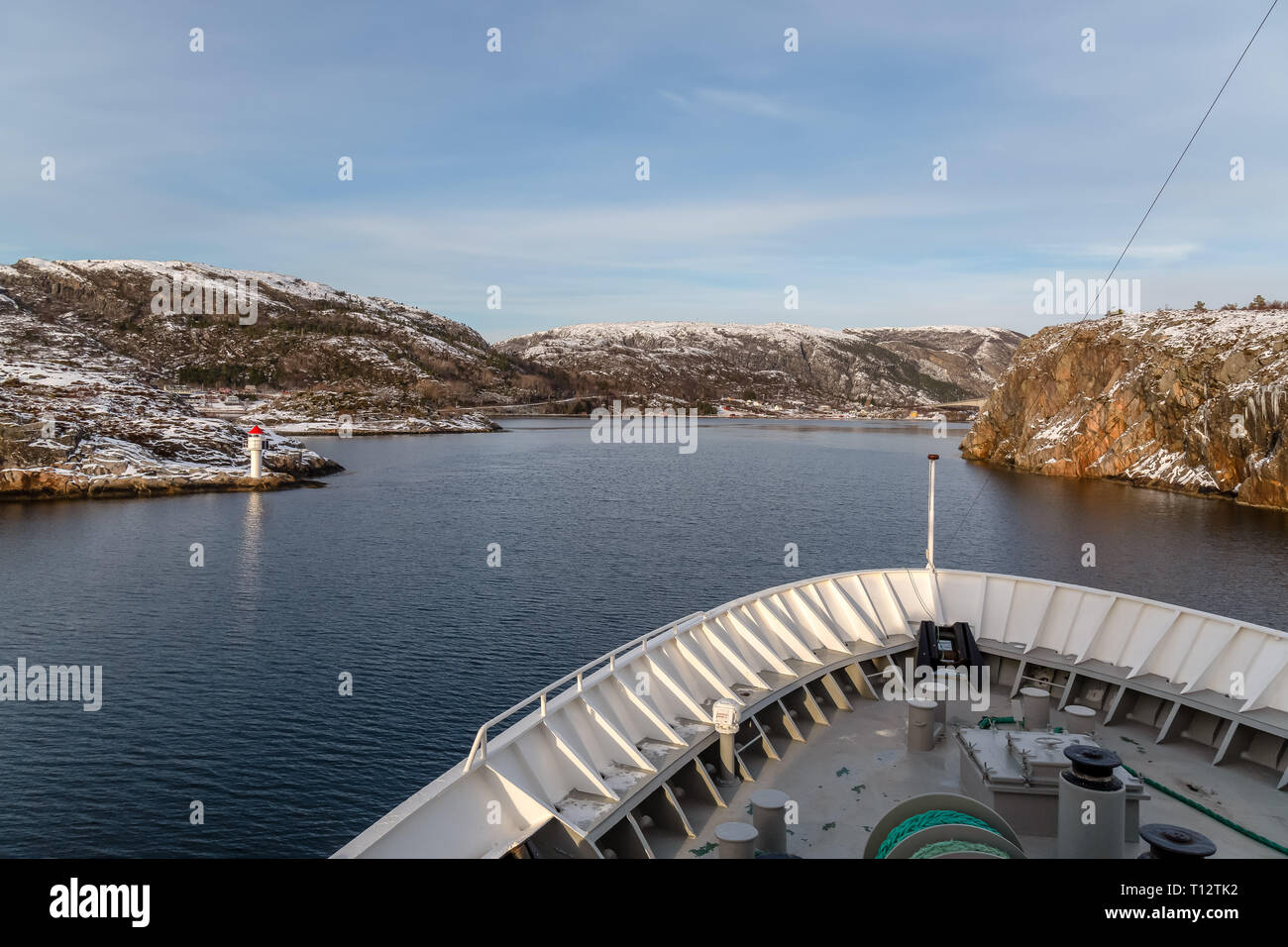 El crucero a través de los fiordos noruegos durante el invierno. Vista desde la parte delantera de un barco de crucero. Foto de stock