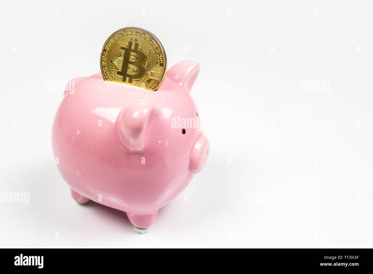 Poner a bitcoin hucha, virtual nuevo dinero electrónico y digital, el concepto de inversión hodl Foto de stock