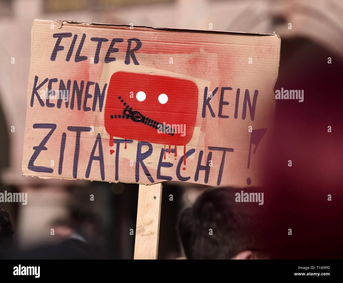 Leipzig, Alemania. 23 Mar, 2019. Con carteles y pancartas, Leipziger tomar parte en la manifestación en toda Europa 'Save Internet' contra cargar filtros en la ocasión de la UE prevista reforma del copyright. Crédito: Peter Endig/dpa/Alamy Live News Foto de stock