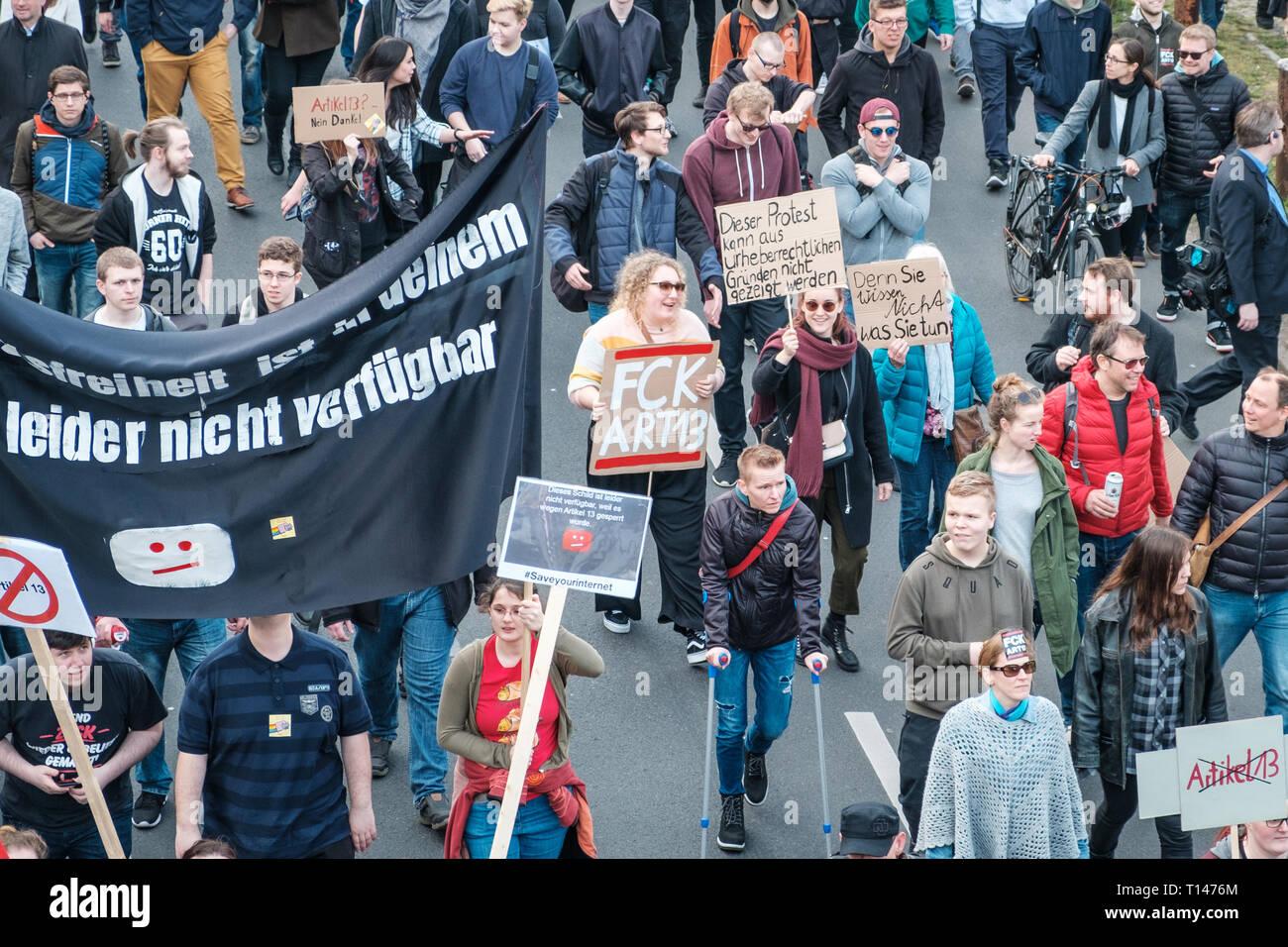 Berlin, Alemania - 23 de marzo de 2019: Manifestación contra la UE copyright / reforma el artículo 11 y el artículo 13 en Berlín, Alemania. Foto de stock