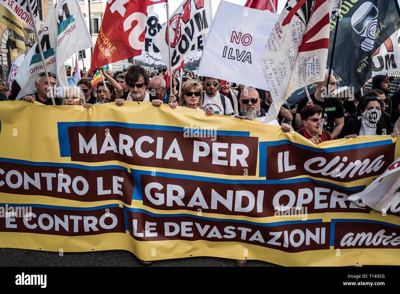 Pueblo Italiano - Página 9 Roma-italia-23-de-marzo-de-2019-miles-de-personas-llevaron-a-cabo-una-manifestacion-para-pedir-que-se-detenga-el-calentamiento-global-y-el-cambio-climatico-y-contra-el-tav-la-turin-lyon-alta-velocidad-ferroviaria-el-grifo-trans-oleoducto-adriatico-y-frente-a-la-estacion-de-tierra-mous-en-sicilia-credito-giuseppe-cicciaalamy-live-news-t1492g