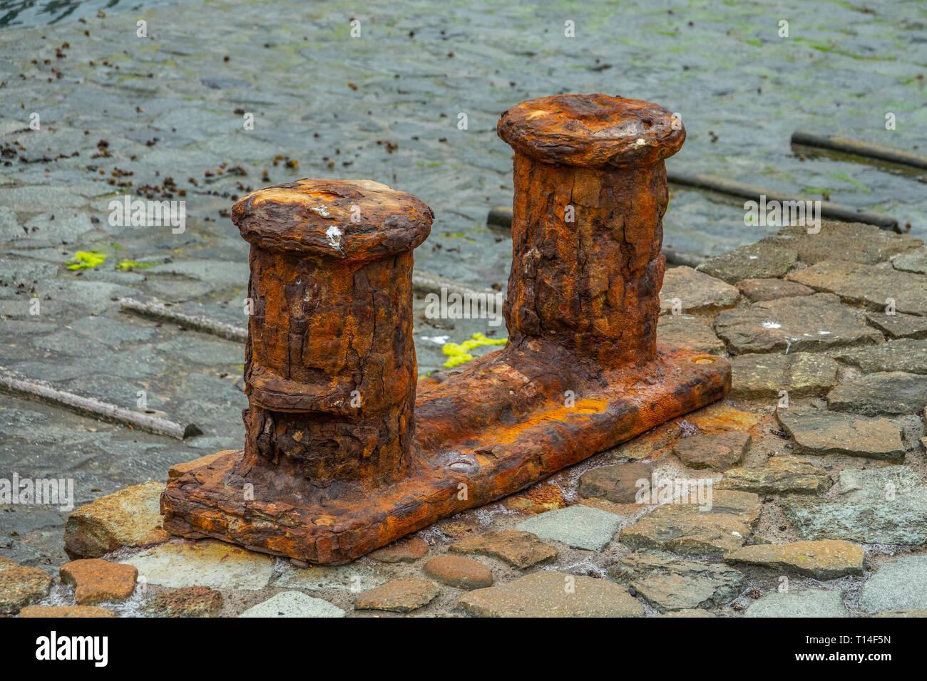 Rusty bollarnd antiguo en un amarre en Tenerife, Islas Canarias Foto de stock