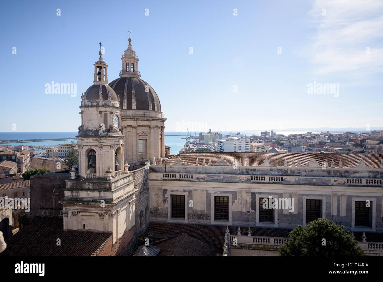 Catania la Catedral de Sant'Agata, en el centro de la ciudad de Sicilia, Italia. Visto desde la terraza de la iglesia cercana. Foto de stock