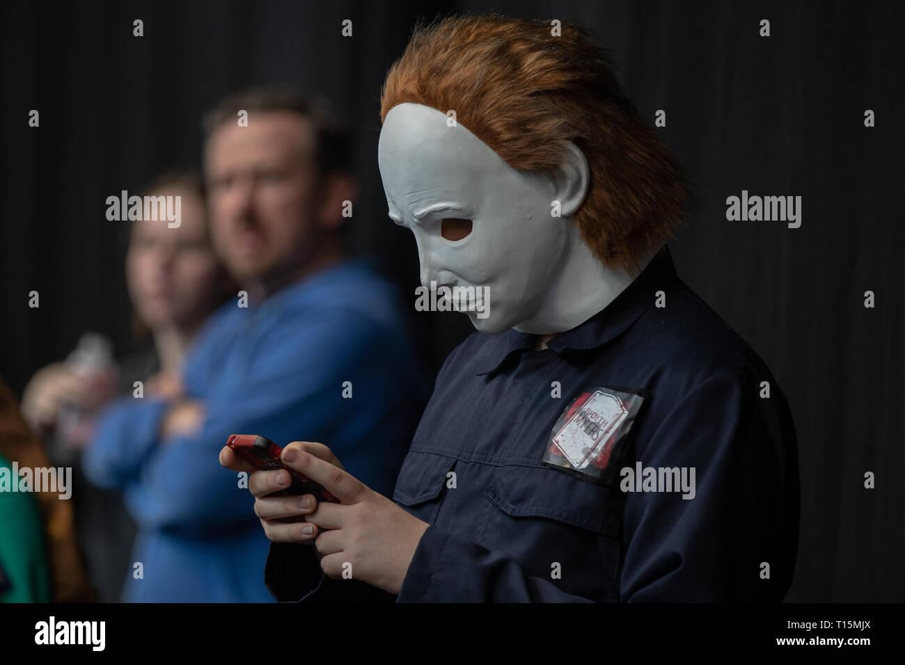 Birmingham, Reino Unido. Sábado 23 de marzo de 2019. Cosplayers visto en carácter en el 1er día del Comic Con MCM en el NEC Birmingham , © Jason Richardson / Alamy Live News Foto de stock