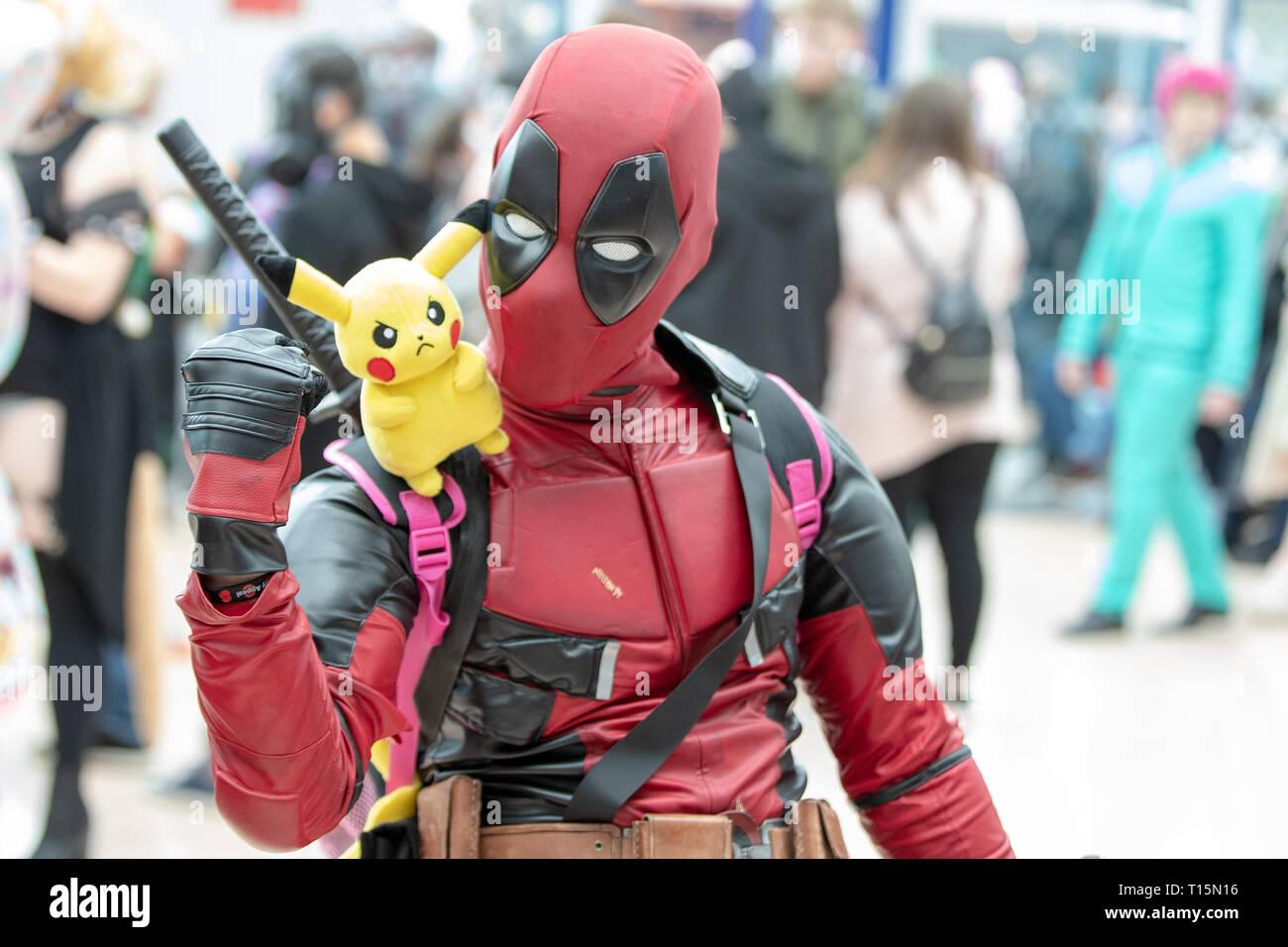Birmingham, Reino Unido. Sábado 23 de marzo de 2019. Como Cosplayer Deadpool carácter en el 1er día del Comic Con MCM en el NEC Birmingham , © Jason Richardson / Alamy Live News Foto de stock