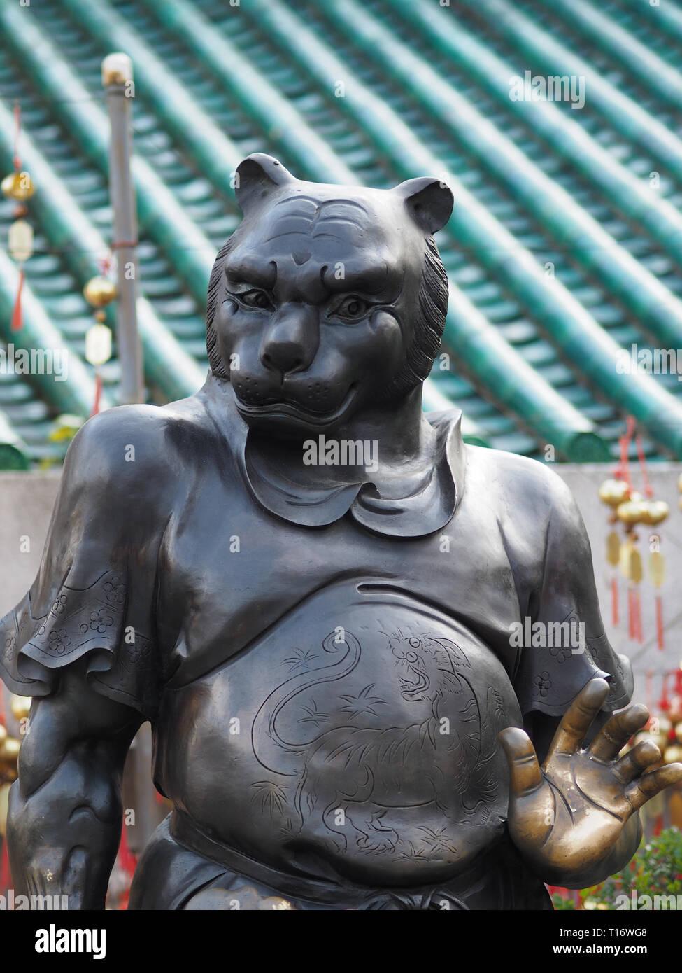 Kowloon, Hong Kong - Noviembre 03, 2017: un primer plano de una de las 12 estatuas del zodíaco en el templo de Wong Tai Sin en Hong Kong. Imagen De Stock
