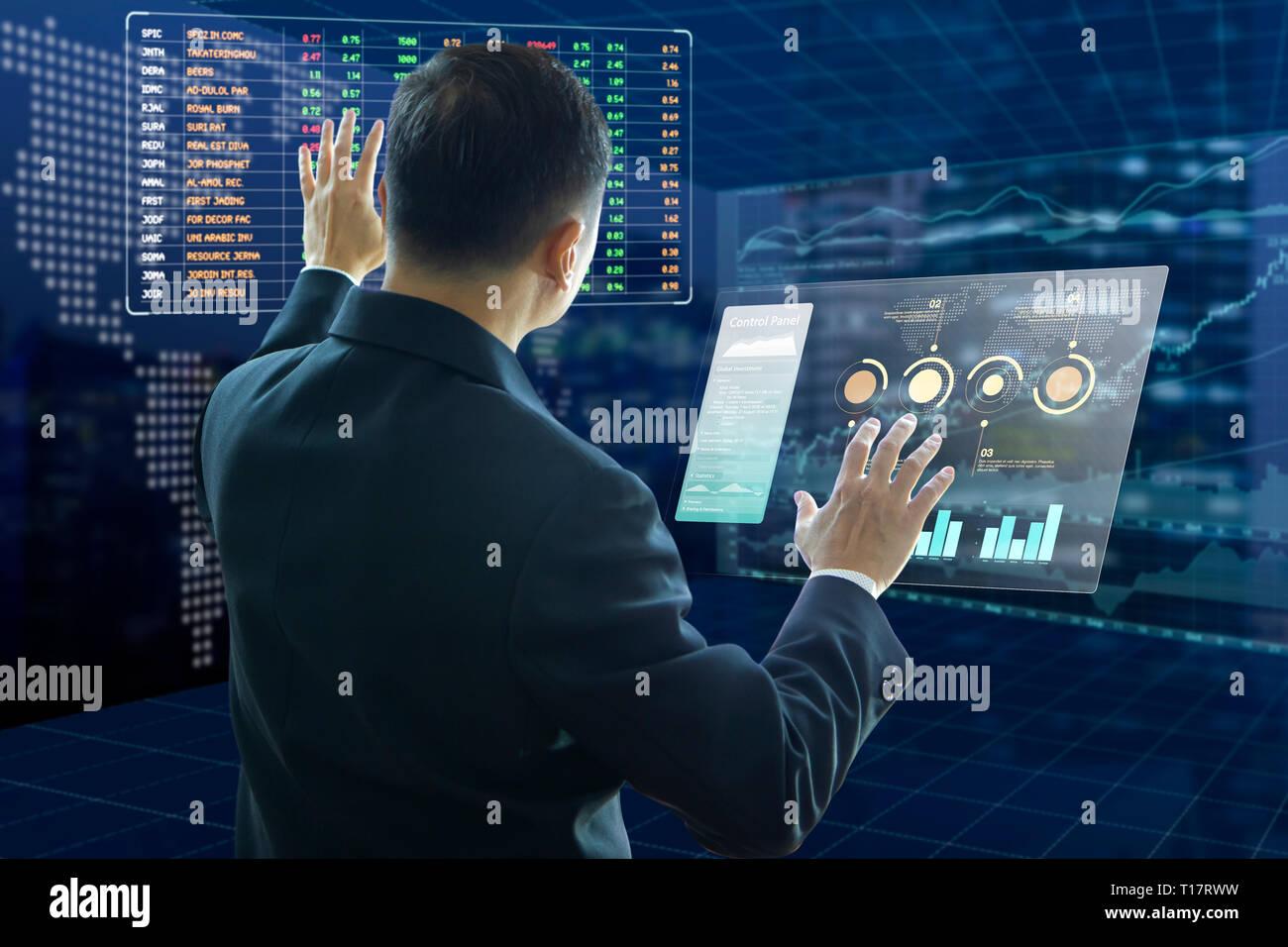 Empresario toca pantallas virtual análisis de gestión sobre el riesgo de la inversión y el retorno de la inversión, ROI, análisis con símbolos de valores ficticios. Foto de stock