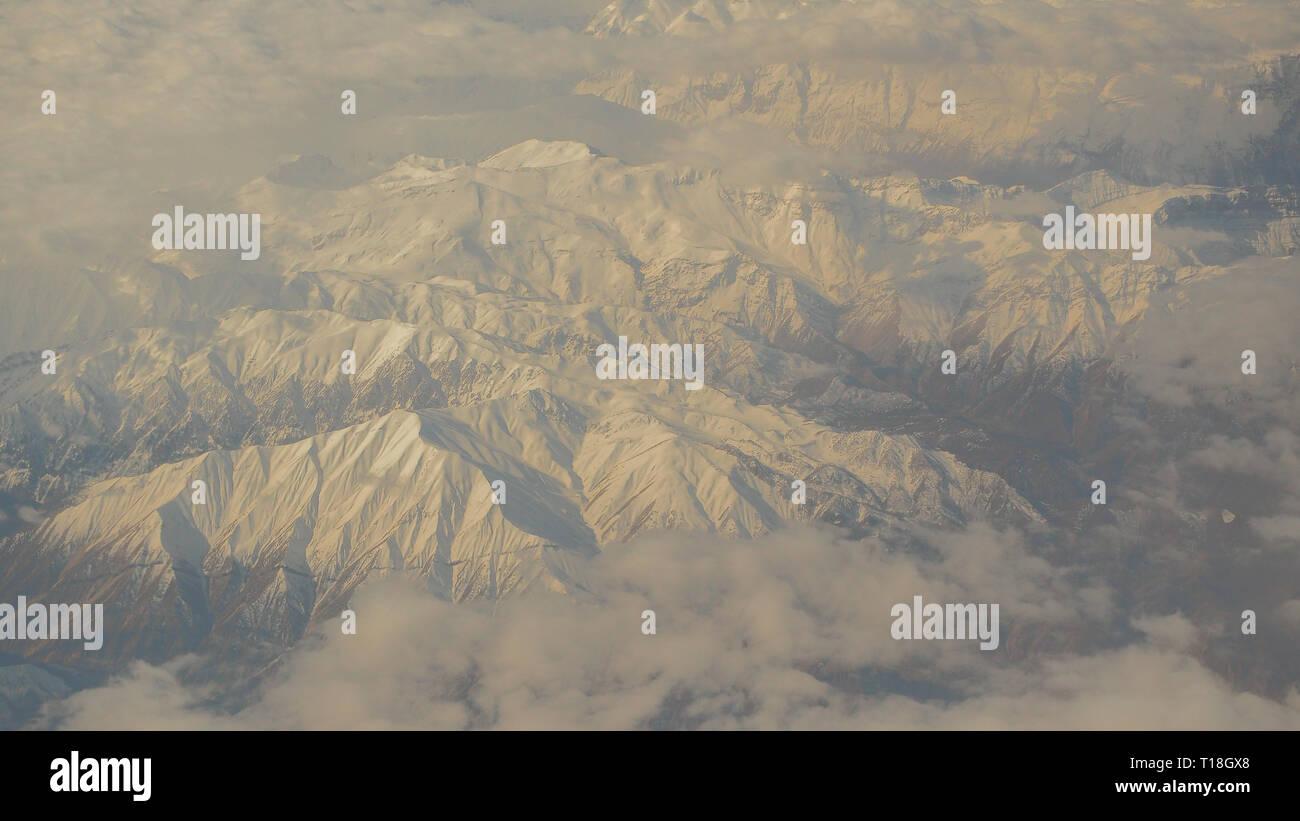 Hermosas montañas cubiertas de nieve, desde una vista de pájaro. Los Montes Zagros. Irán Foto de stock