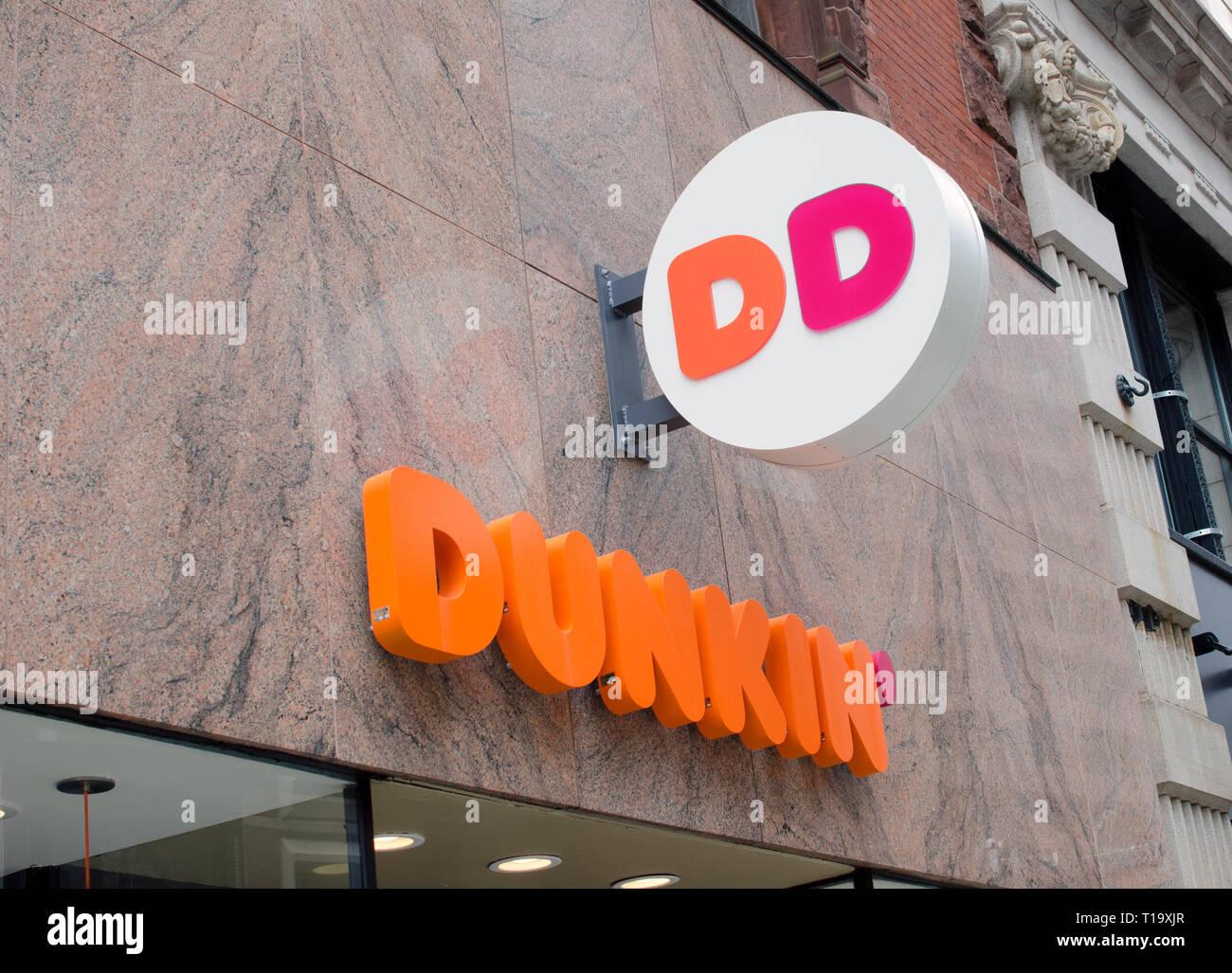 Dunkin Donuts firmar con la nueva marca de nombre que acaba de Dunkin en tienda en Boston, Massachusetts, EE.UU. Imagen De Stock