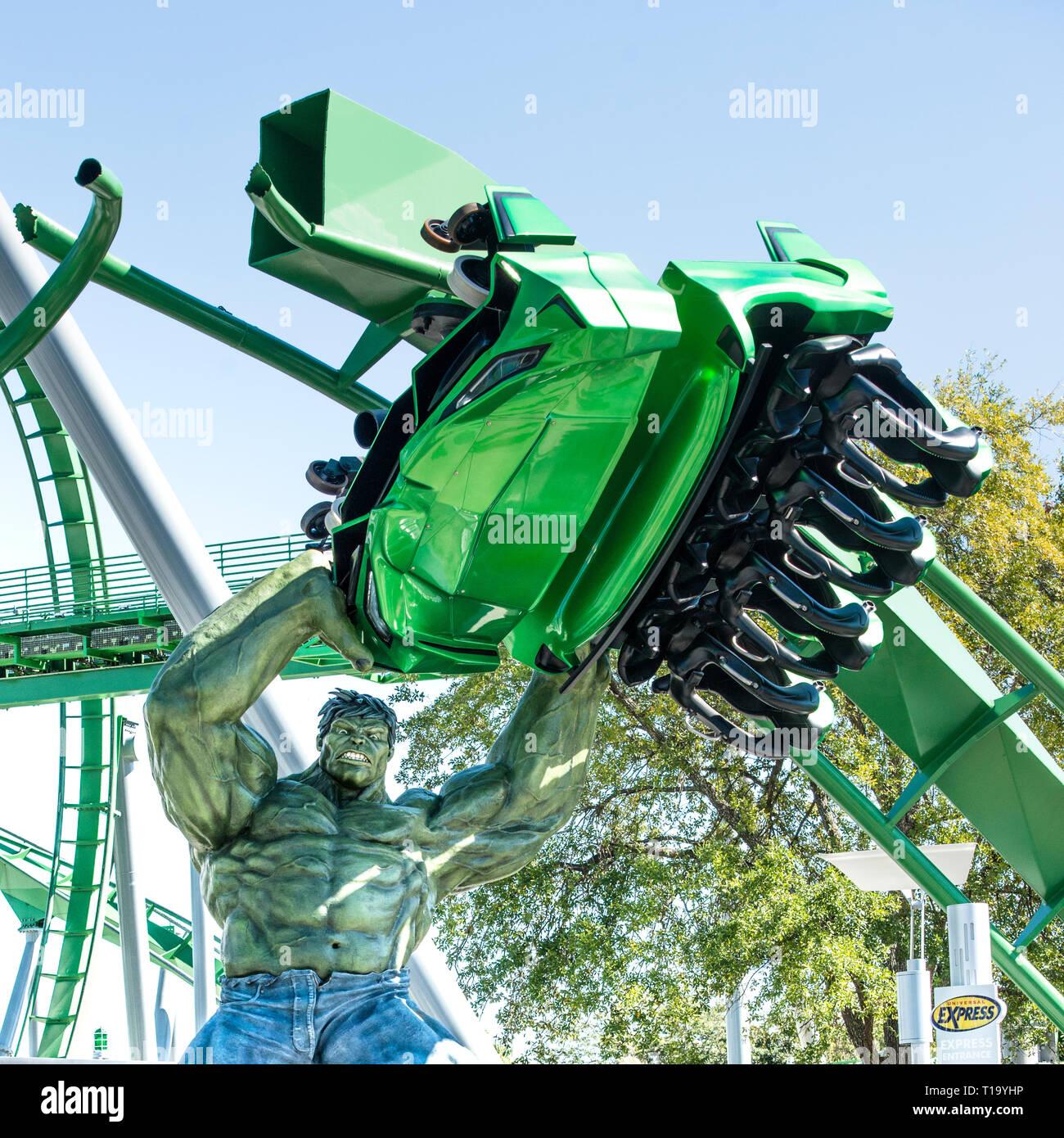 The Incredible Hulk figura levantando una montaña rusa en Universal Orlando, Florida. Las islas de la aventura increíble Hull roller coaster. Imagen De Stock