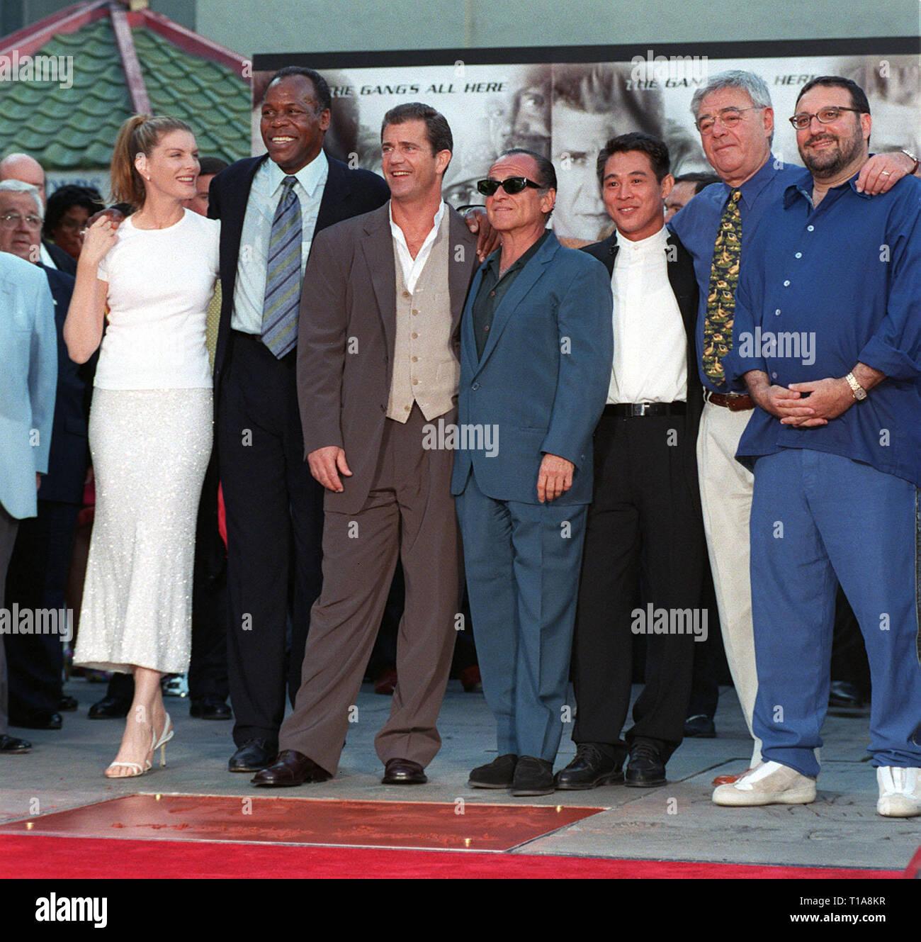 ¿Cuánto mide Danny Glover? Los-angeles-ca-julio-7-1998-lethal-weapon-4-stars-rene-russo-izquierda-danny-glover-mel-gibson-joe-pesci-jet-li-con-el-director-richard-donner-productor-joel-silver-en-el-teatro-chino-de-mann-donde-glover-tenia-su-mano-y-huellas-en-el-cemento-t1a8kr