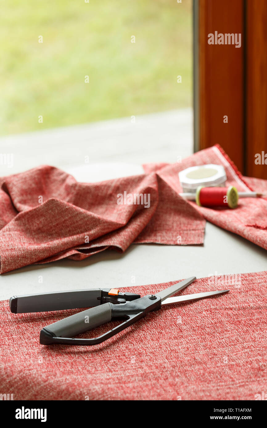 Inicio proyectos de artesanía de coser pasatiempos. Tejido de tela, tijeras, y enroscar en la tabla. Imagen De Stock