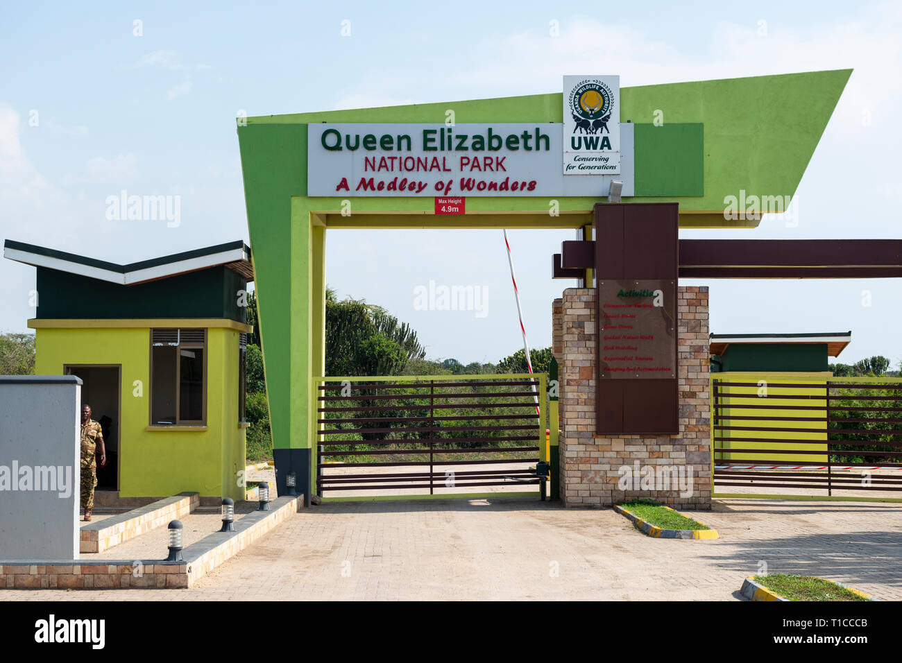 Entrada al Parque Nacional Queen Elizabeth en la península de Mweya en el sudoeste de Uganda, África Oriental Imagen De Stock