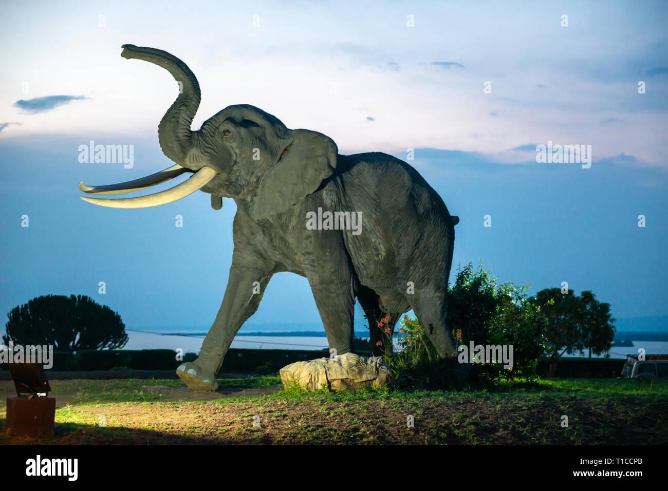Escultura de elefante en la entrada de Mweya Safari Lodge en el Parque Nacional Queen Elizabeth en el sudoeste de Uganda, África Oriental Imagen De Stock