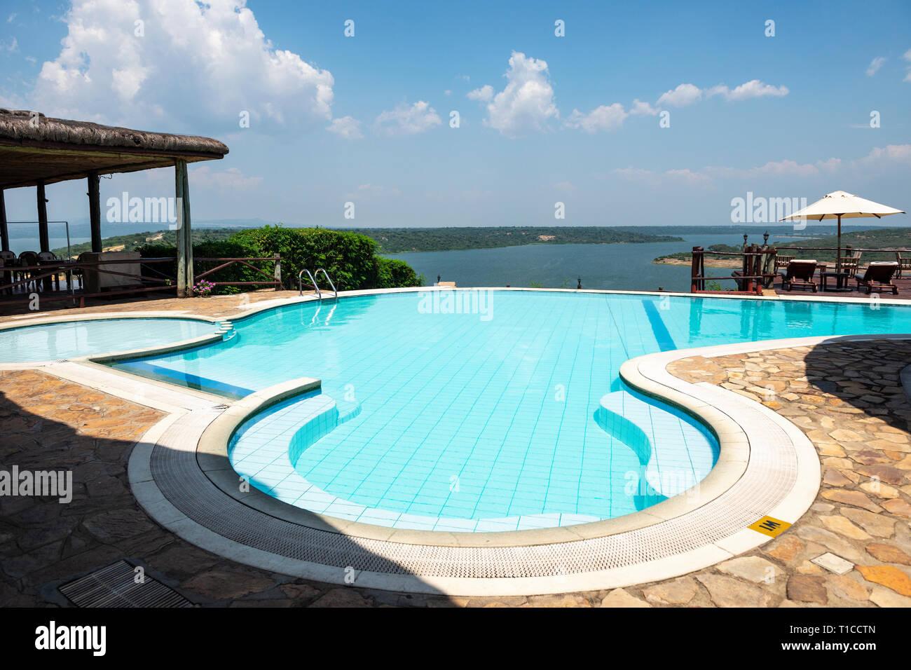 La piscina, con vistas del canal Kazinga, en Mweya Safari Lodge en el Parque Nacional Queen Elizabeth en el sudoeste de Uganda, África Oriental Imagen De Stock