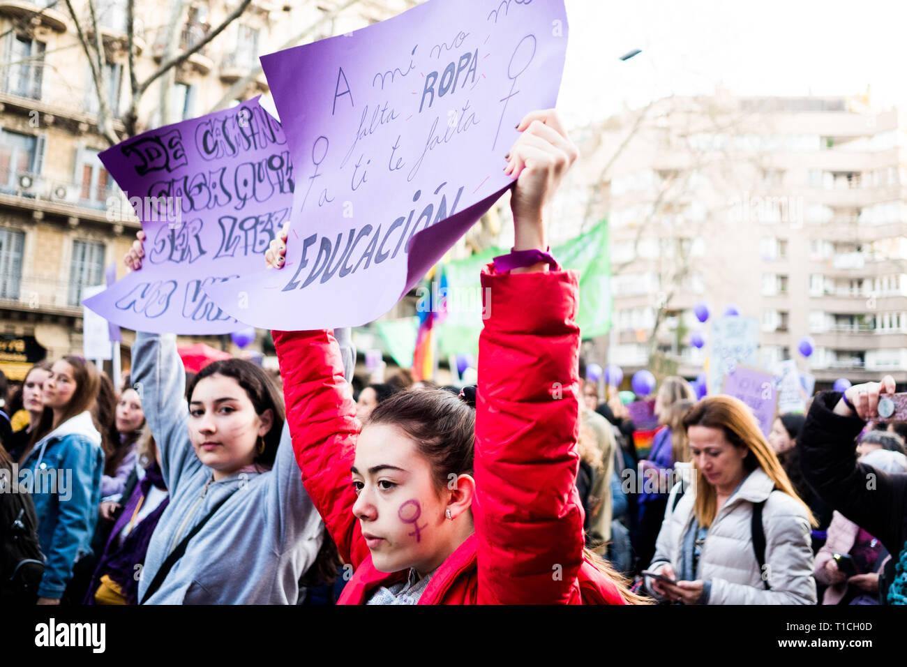 Barcelona, España - 8 de marzo de 2019: las niñas manifestación en el centro de la ciudad durante el día de la mujer para mejorar los derechos humanos de las mujeres y el feminismo Foto de stock