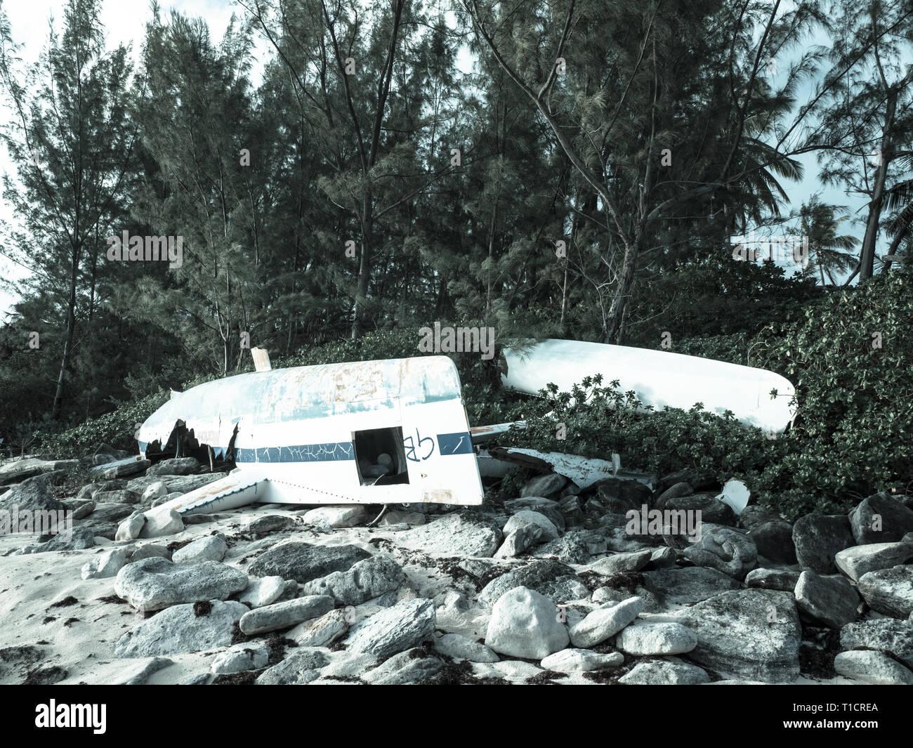 Paisaje de catamarán dañado, la costa atlántica, los gobernadores Harbour Eleuthera, las Bahamas, El Caribe. Foto de stock