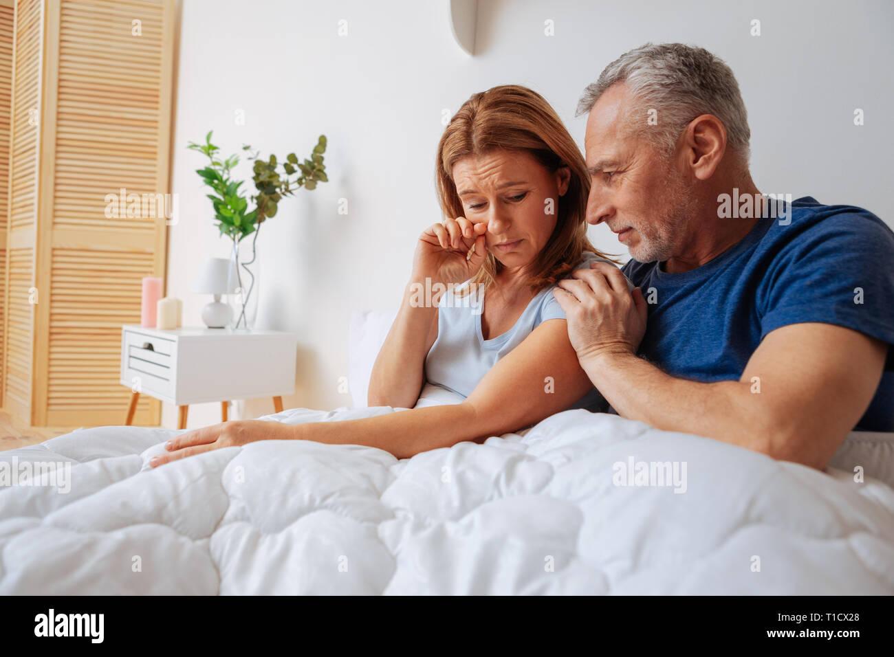 Rubio esposa sensación sentimental después de la pelea con su marido Foto de stock