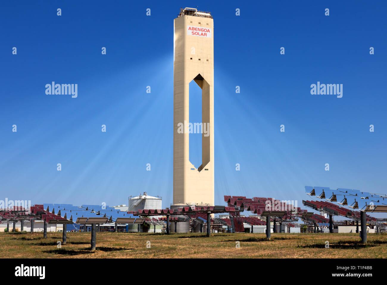Sevilla - Abengoa Solar Power Plant, utilizando la energía solar concentrada. Imagen De Stock
