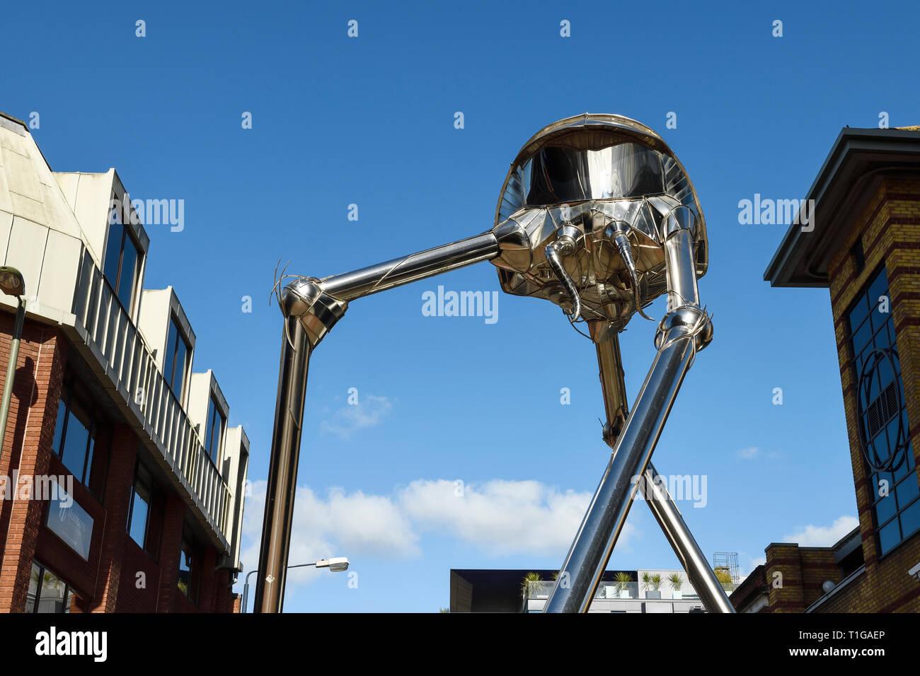 El Woking Martian trípode escultura diseñada por Michael Condron en el centro de la ciudad de Woking Surrey, Reino Unido Foto de stock