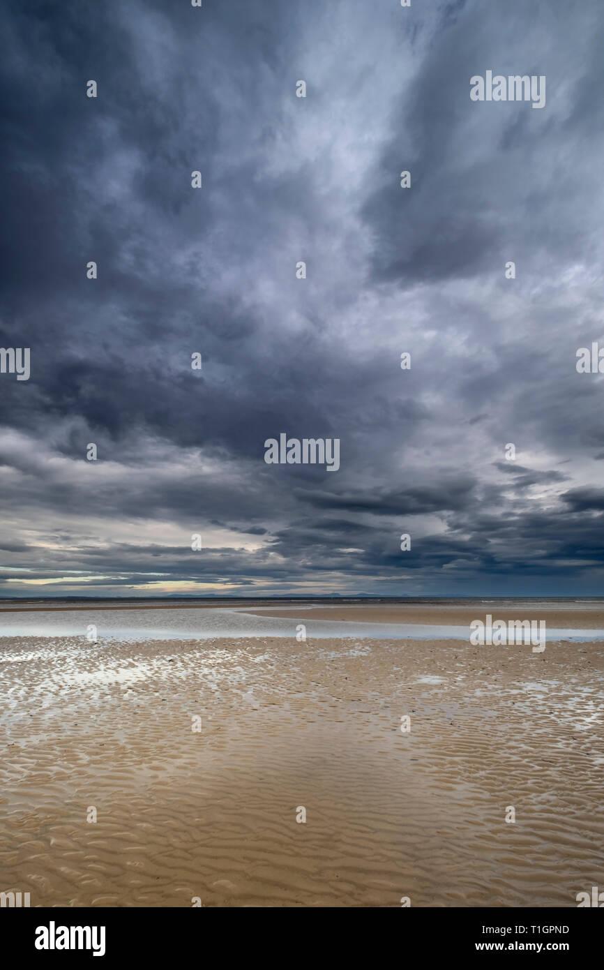 Cloudscape, Playa Findhorn, Moray, al noreste de Escocia, Reino Unido Foto de stock