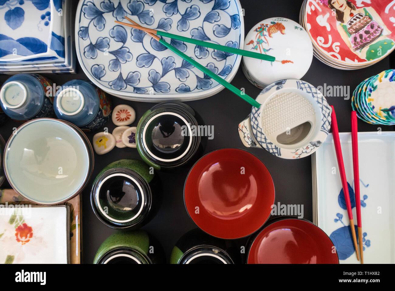 Apiladas y organizó las placas japonesas de diversas formas y tamaños, EE.UU. Foto de stock