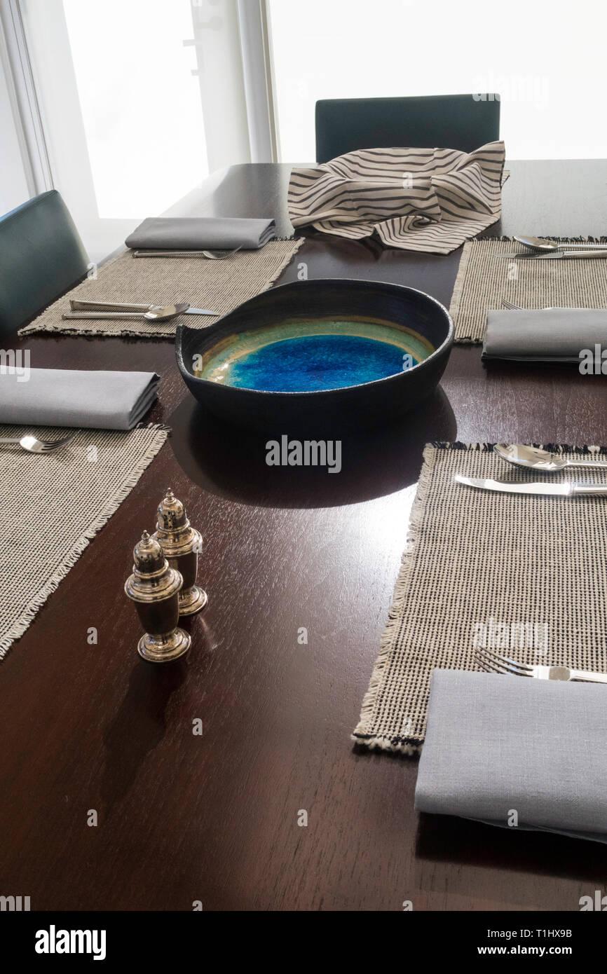 Moderna mesa de comedor de lujo para una comida, EE.UU. Imagen De Stock