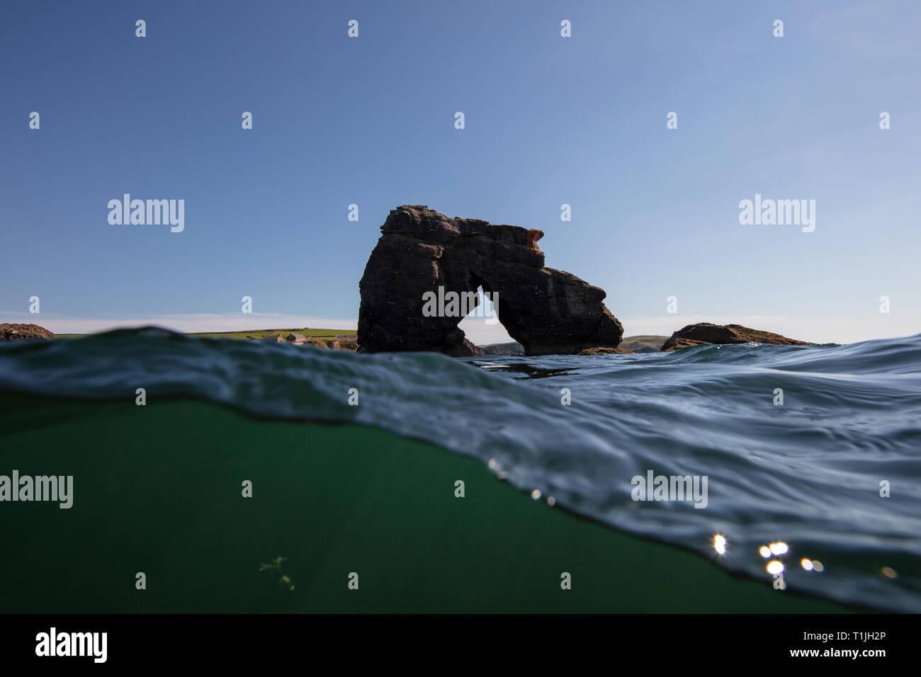 Esta hermosa piedra sobresale en el mar custodiando South Milton Sands, Thurlestone Foto de stock