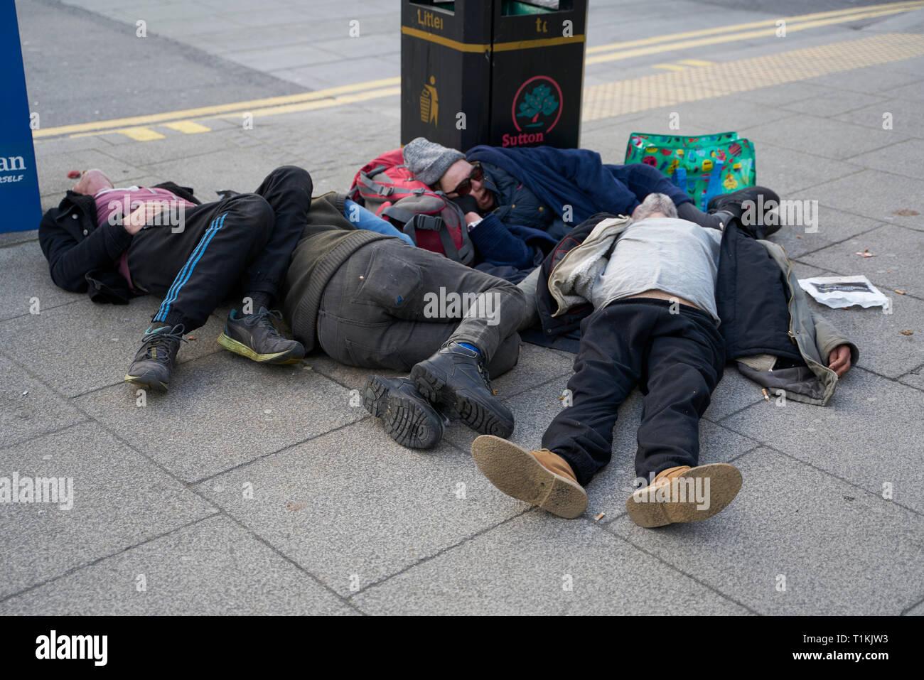 Gente Sin Techo Durmiendo En La Calle Fotografía De Stock Alamy