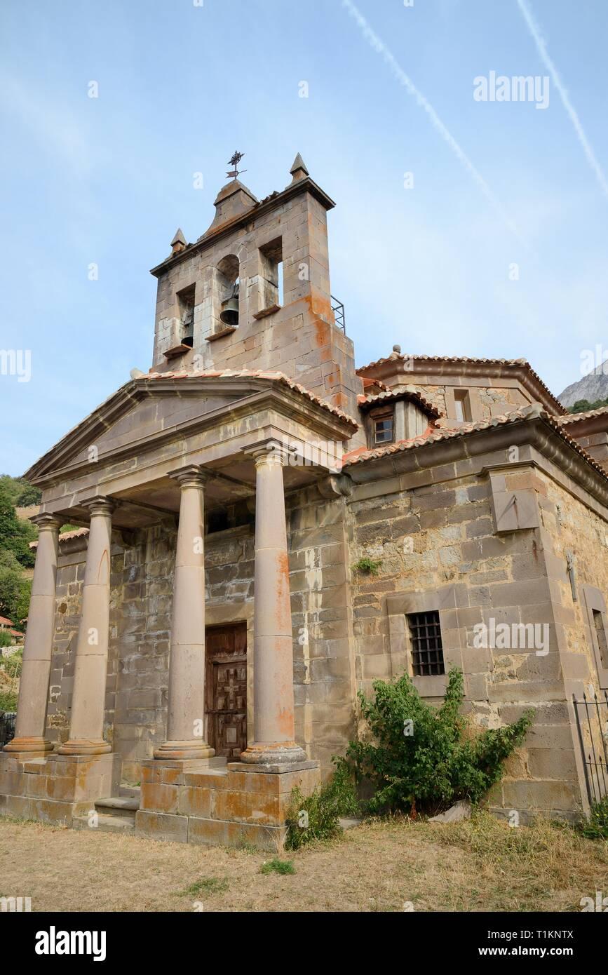 Iglesia de San Juan Bautista de Salarzon, Salarzon, Picos de Europa, Cantabria, España, agosto de 2016. Foto de stock