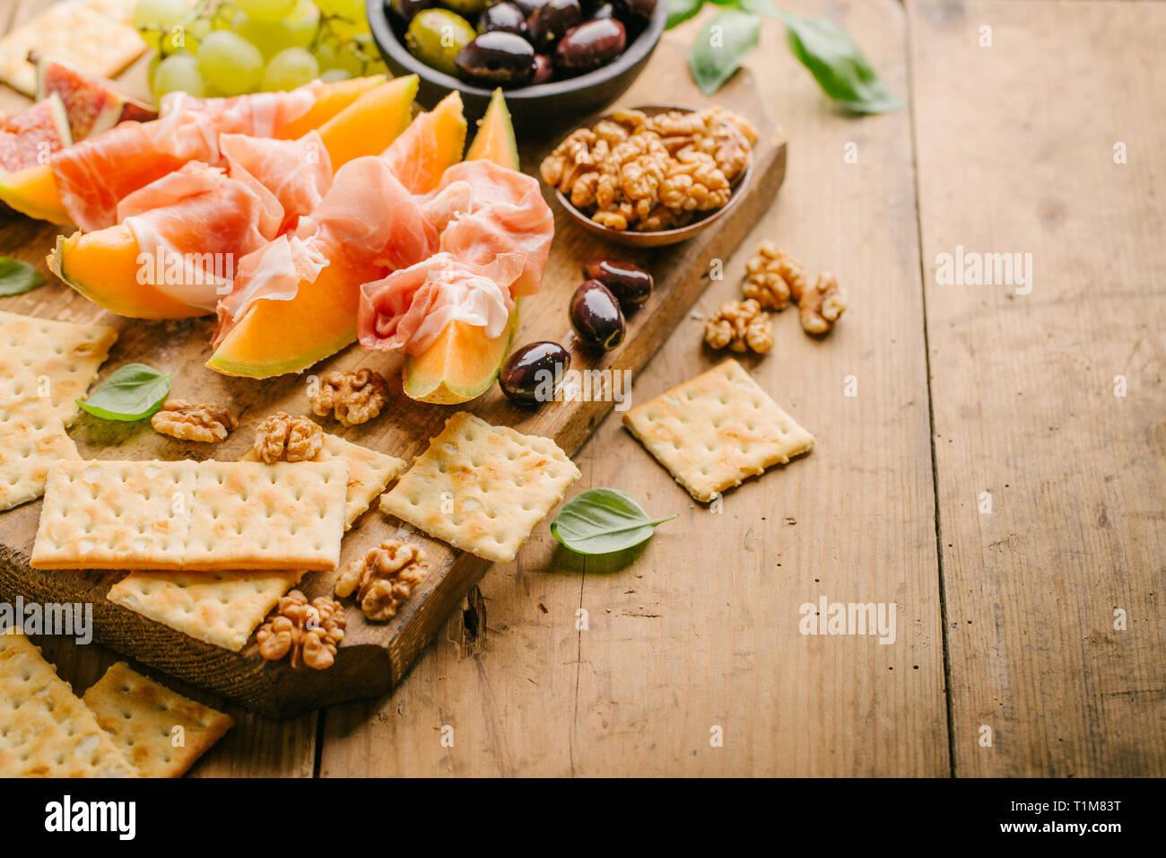 Sabrosos aperitivos mediterránea española sobre la antigua junta en vintage mesa de madera. Horizontal con espacio de copia. Closeup Foto de stock