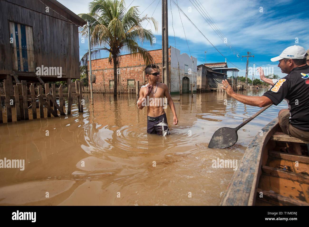 Las inundaciones de 2015 en el Amazonas brasileño, Taquari, distrito de la ciudad de Rio Branco, estado de Acre. Las inundaciones han afectado a miles de personas en el estado de Acre, al norte de Brasil, desde el 23 de febrero de 2015, cuando algunos de los ríos del estado, en particular el río Acre, desbordado. Nuevas lluvias ha obligado a los niveles de los ríos aún mayor, y el 03 de marzo de 2015 el gobierno federal de Brasil declaró un estado de emergencia en el estado de Acre, donde la actual situación de inundaciones ha sido descrita como la peor en 132 años. Foto de stock