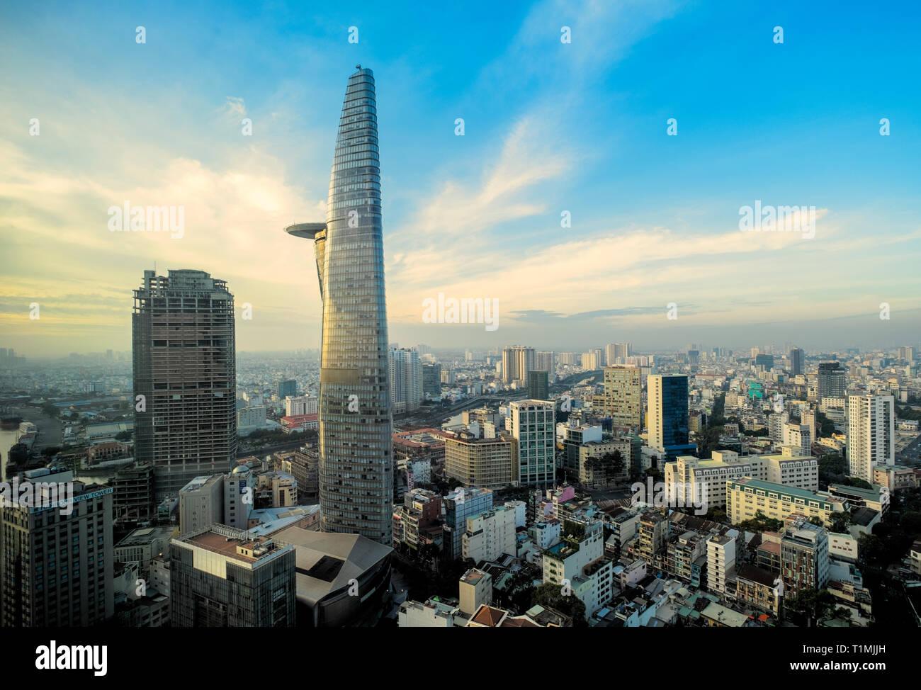 La torre Bitexco y del centro de la ciudad y un barrio de la ciudad de Ho Chi Minh, Vietnam Foto de stock