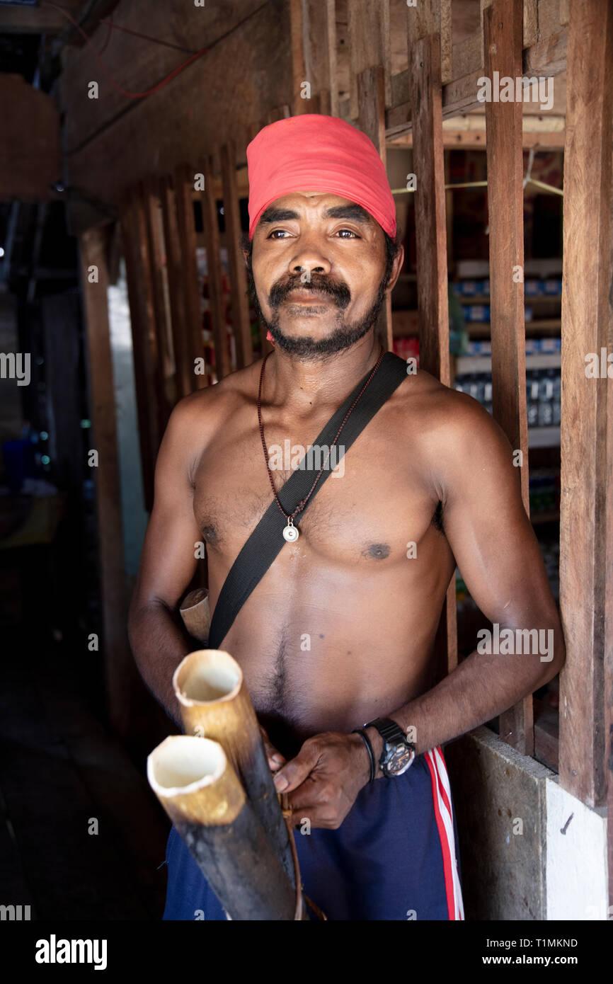 Indígenas del pueblo Alfur Nuaulu Group, la isla de Seram, Molucas, Indonesia Imagen De Stock