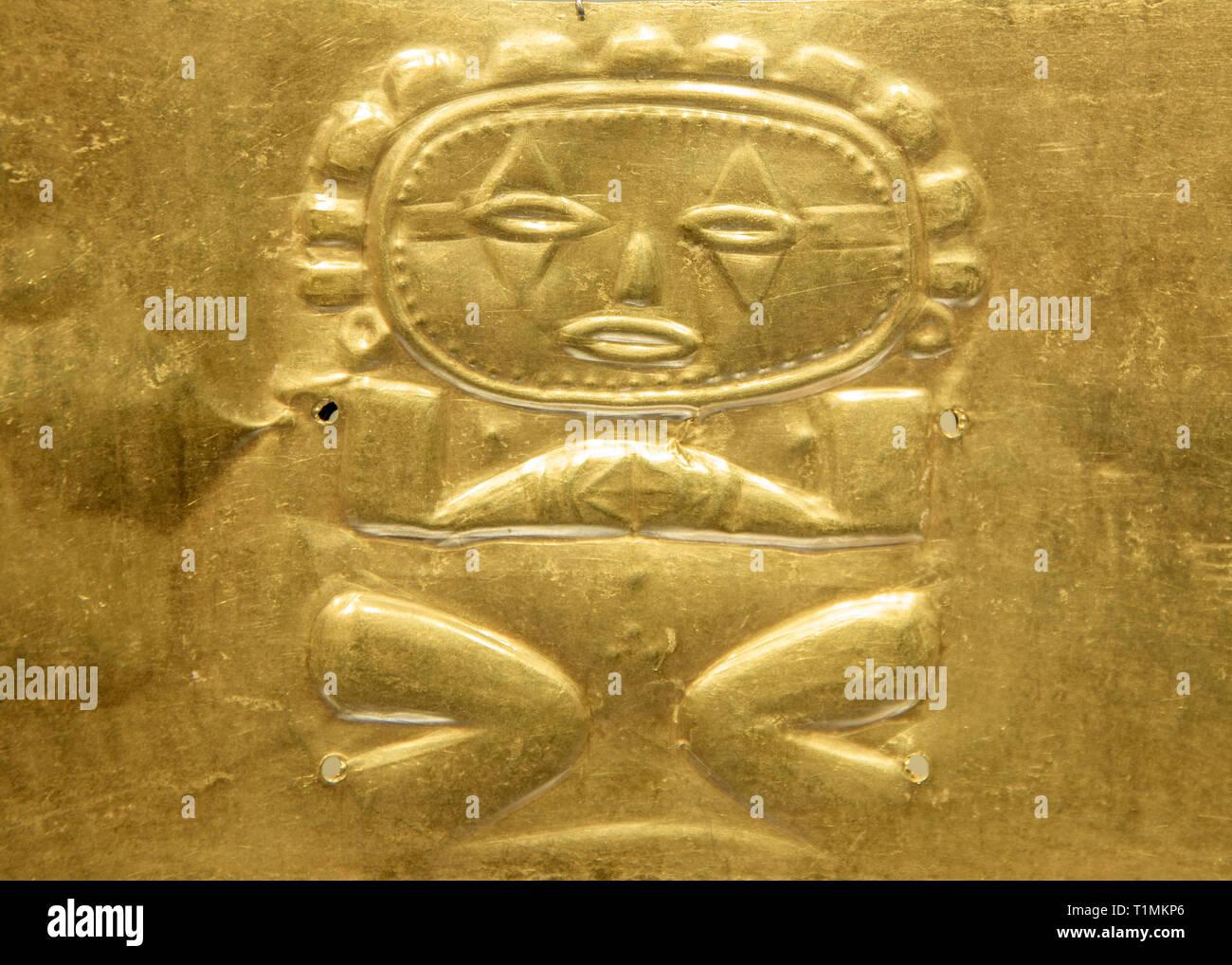 Antiguos artefactos precolombinos en el Museo del Oro, Colombia, Bogota. Imagen De Stock
