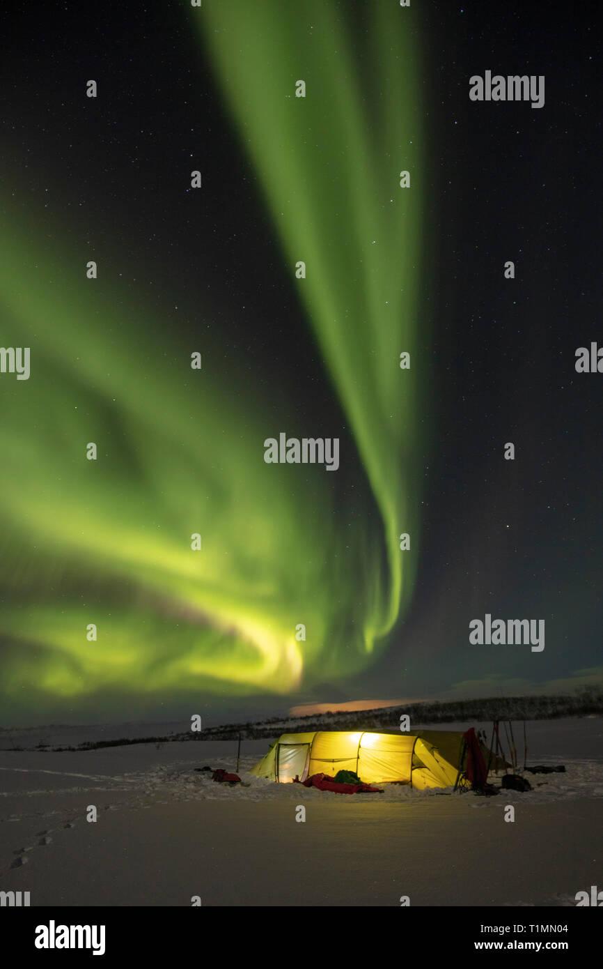 La aurora boreal en una tienda de esquí en invierno. La Meseta de Finnmarksvidda. Finnmark, Noruega del ártico. Foto de stock