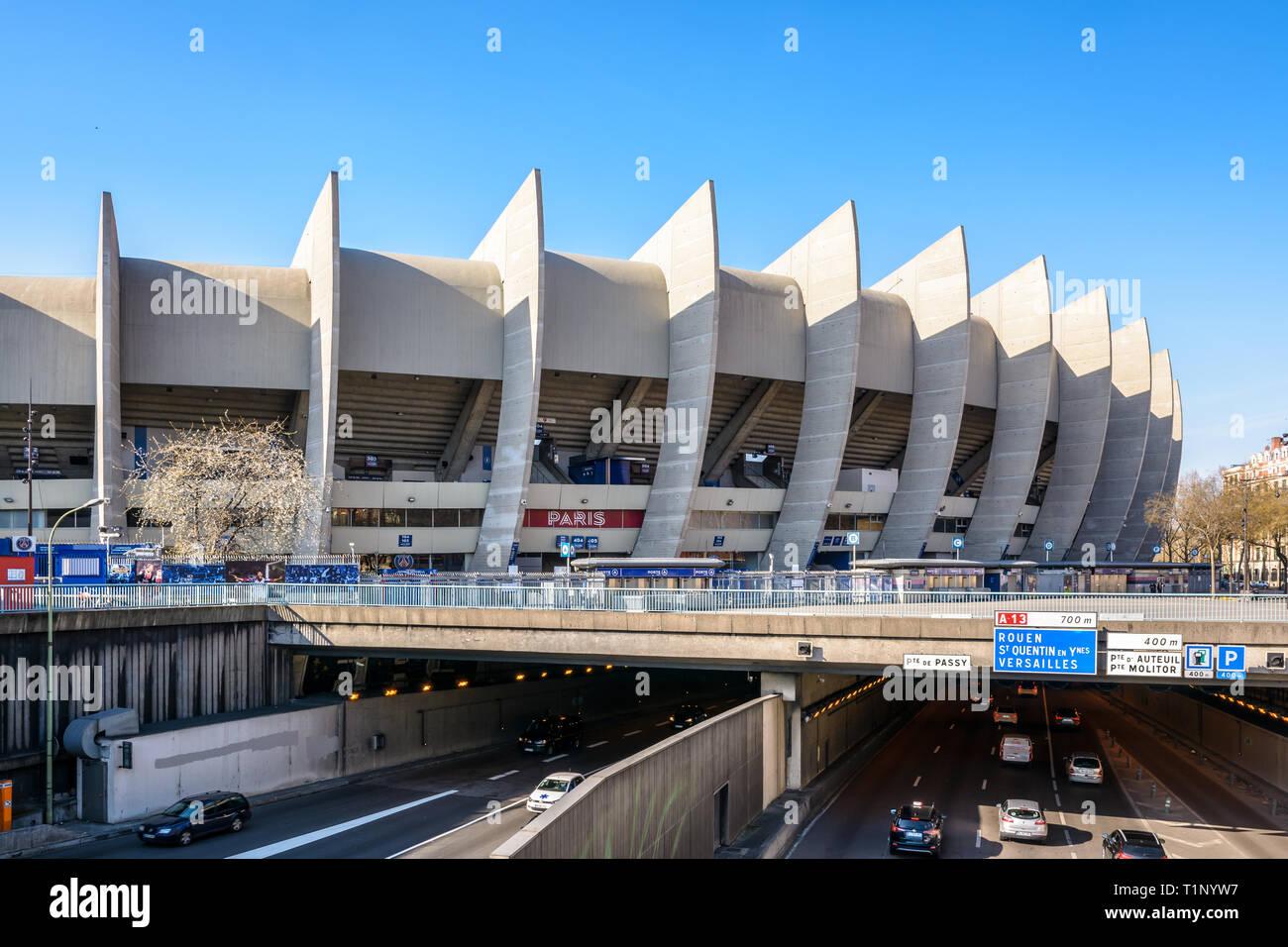 El Estadio Parc Des Princes Estadio Del Paris Saint Germain Psg Club De Futbol Fue Construido En 1972 Y Parcialmente Por Encima De Circunvalacion De Paris Fotografia De Stock Alamy