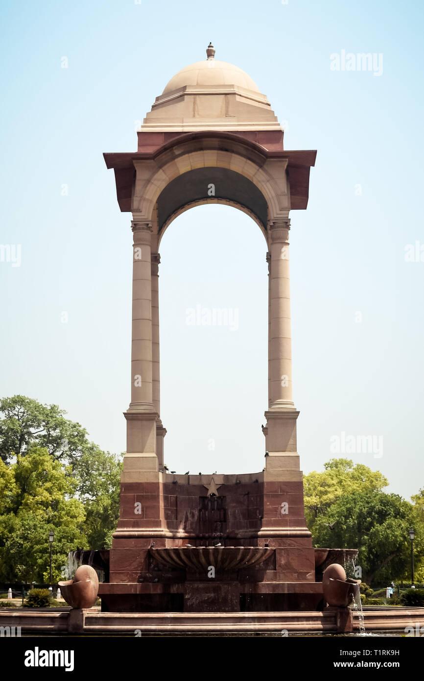 Rajpath, Raisina Hill, la puerta de la India, Nueva Delhi, India, enero de 2019: El dosel de vacantes, construido en arenisca roja, símbolo de la retirada británica de Foto de stock