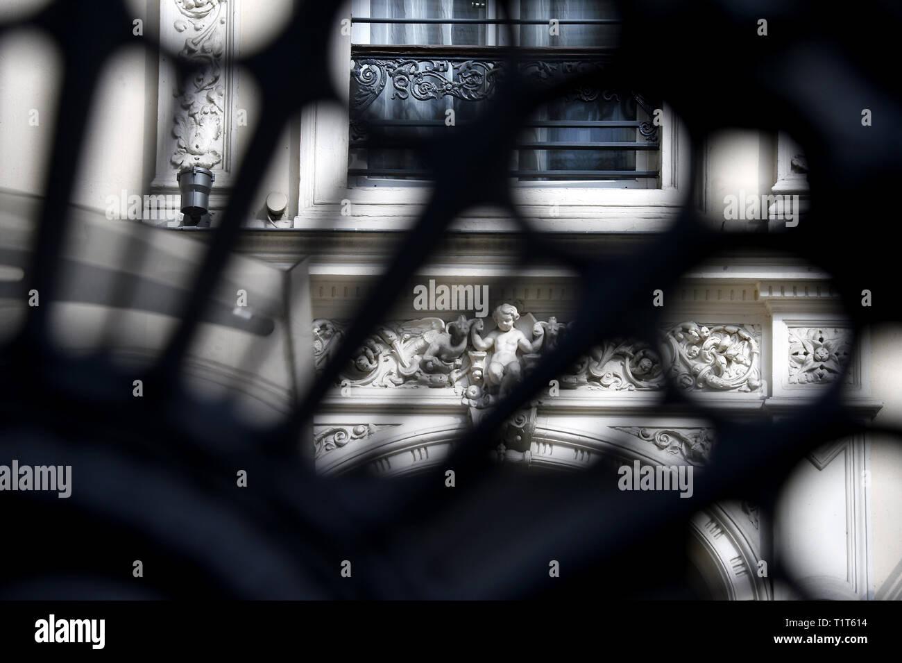 Detalles de la fachada de un edificio del siglo xix - París - Francia 9 Foto de stock