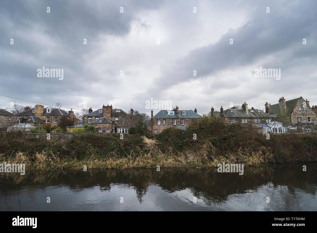 Grandes chalets en Merchiston y Union Canal a principios de la primavera en Edimburgo, Escocia, Reino Unido Imagen De Stock