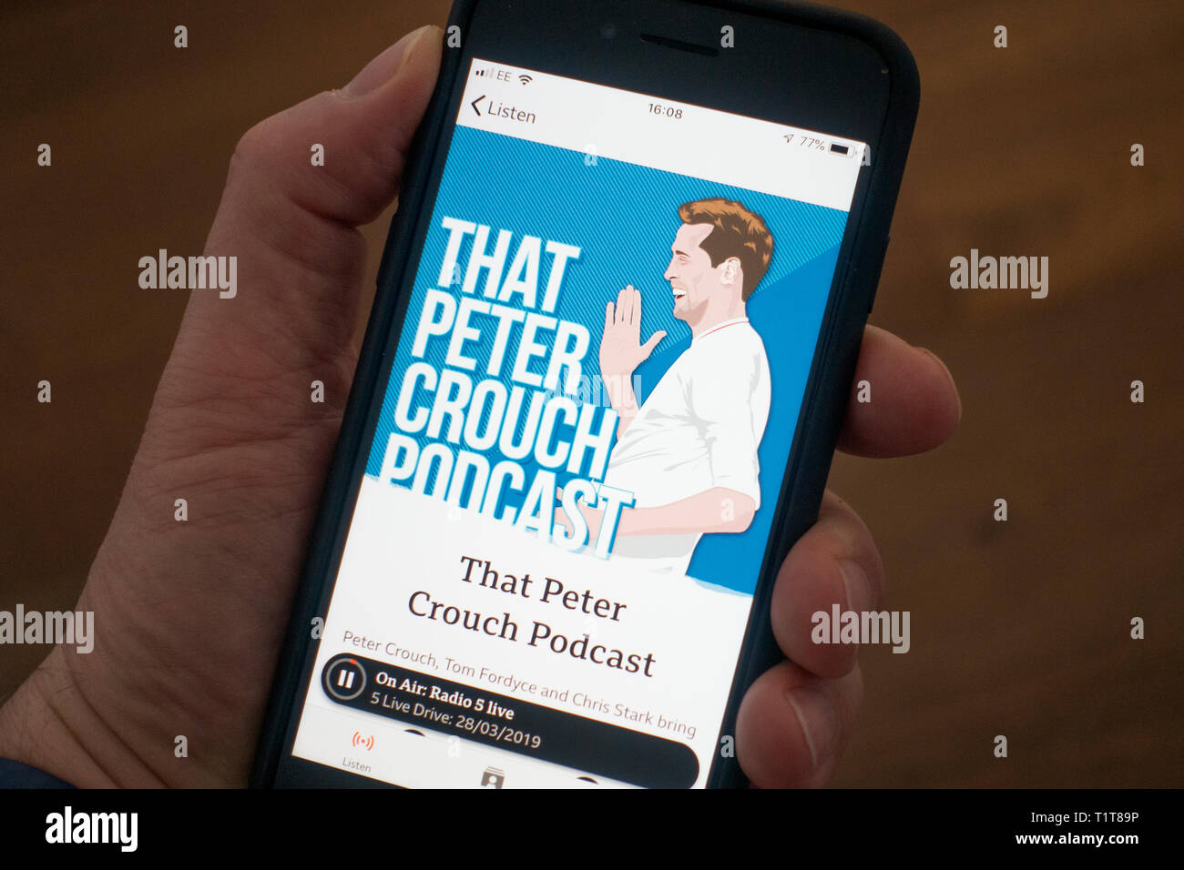 69f7815a4e8 Utilizando un teléfono móvil para escuchar el podcast en la BBC suena media  streaming app Imagen