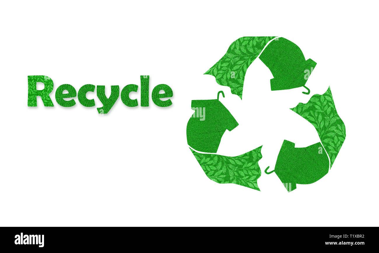 Símbolo de reciclado hecho con camiseta vestido en colgador con texto reciclado, reutilización de textura de tela, ilustración del concepto reutilizar, reciclar ropa y textiles t Foto de stock