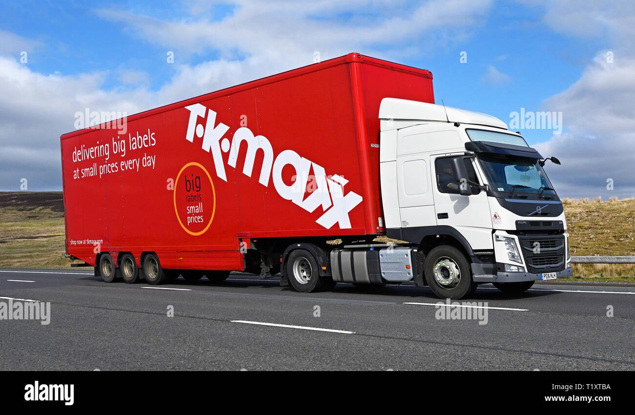 TK MAXX ofrece etiquetas grandes a precios pequeños cada día VHG. La autopista M6, dirección sur, Shap, Cumbria, Inglaterra, Reino Unido, Europa. Imagen De Stock