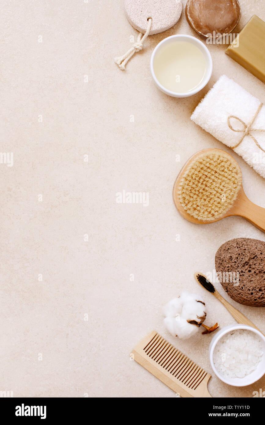 Cuidado del cuerpo orgánico y productos naturales para el cuidado personal en la tabla de color beige claro, vista superior composición Foto de stock