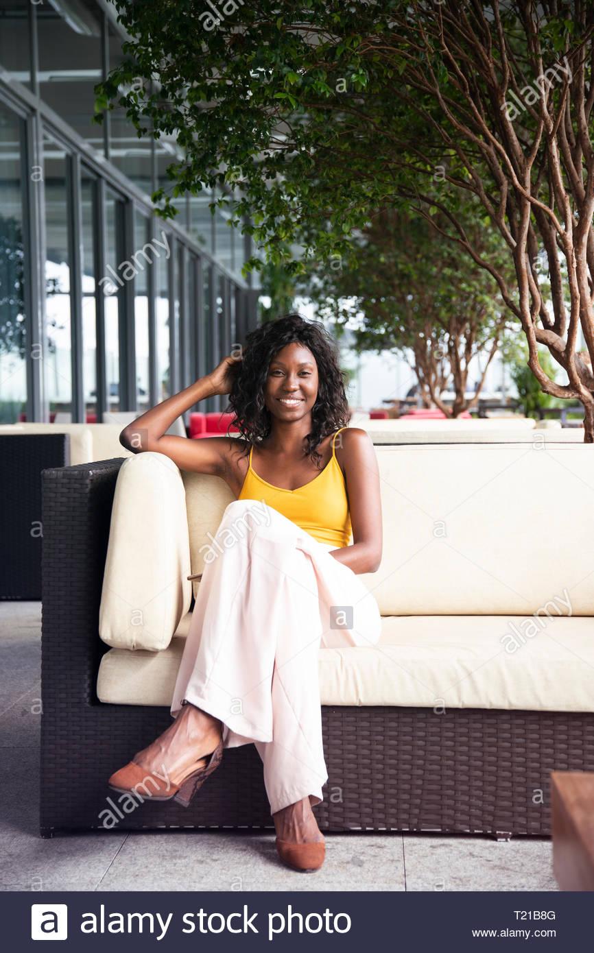 Un afrobrasilero, mujer sentada en un salón del jardín en Río de Janeiro, Brasil Imagen De Stock