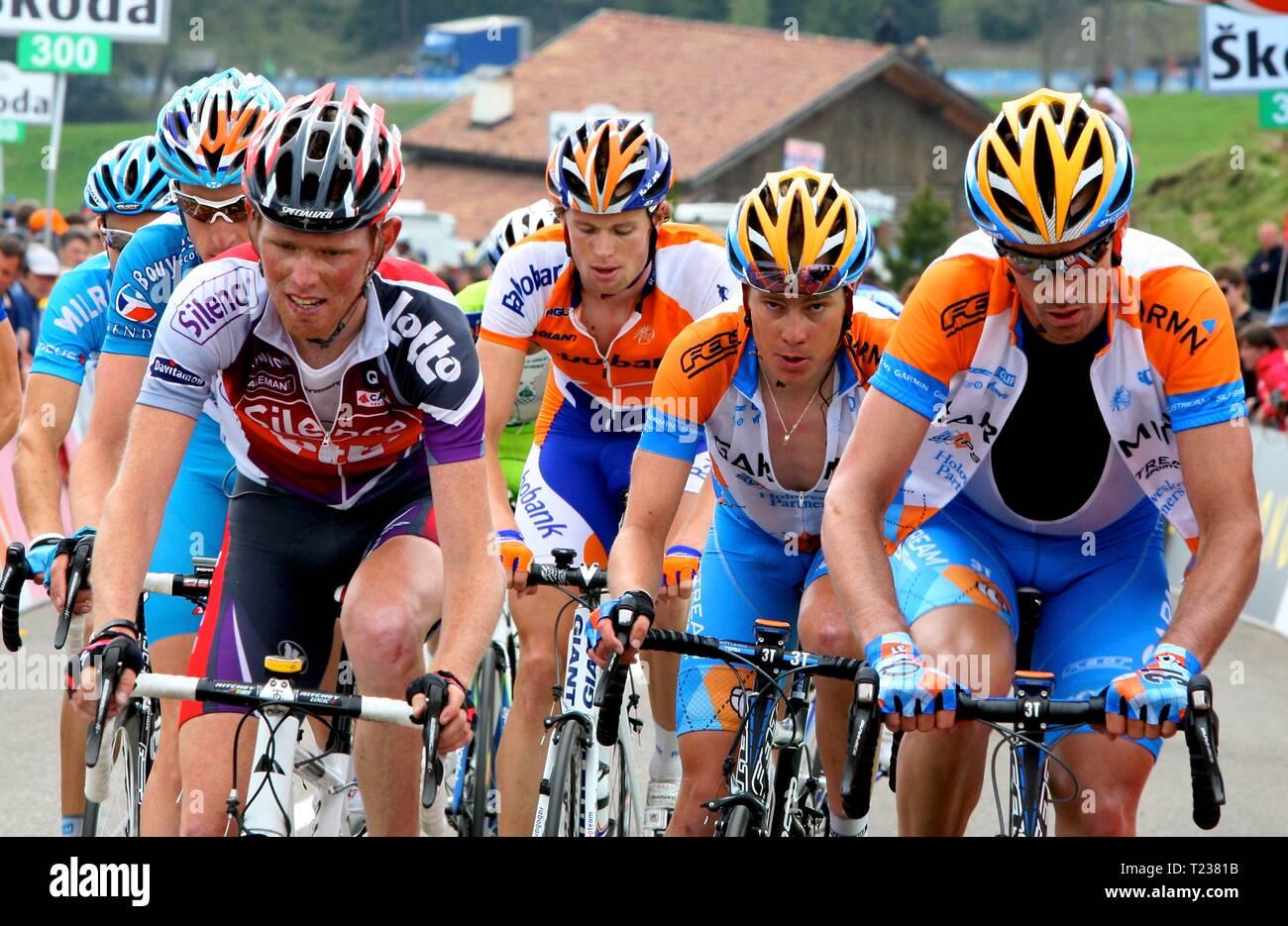 Los ciclistas suben hasta la línea de meta en el Giro di Italia Imagen De Stock