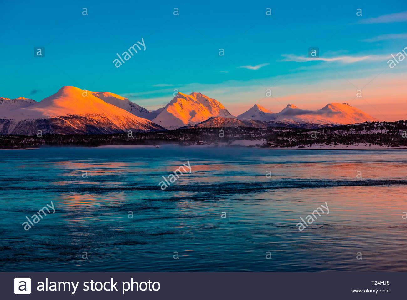 Paisaje de invierno a lo largo de la costa cerca de Tromso, el Ártico, el norte de Noruega, al amanecer. Foto de stock